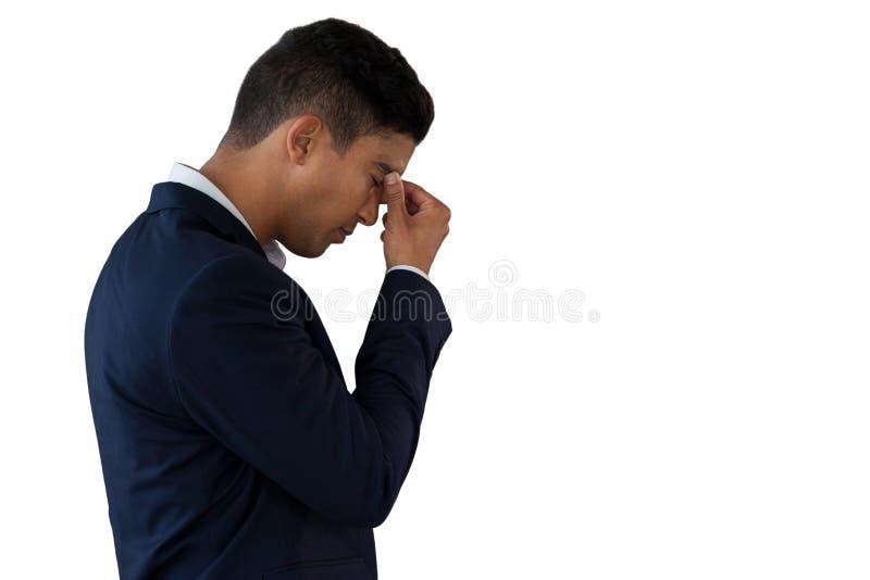 Vista lateral del hombre de negocios que sufre de dolor de cabeza imagen de archivo libre de regalías