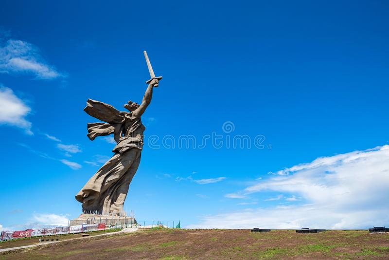 Vista lateral del monumento de las llamadas de la patria en Mamayev Kurgan en Stalingrad, Rusia fotos de archivo