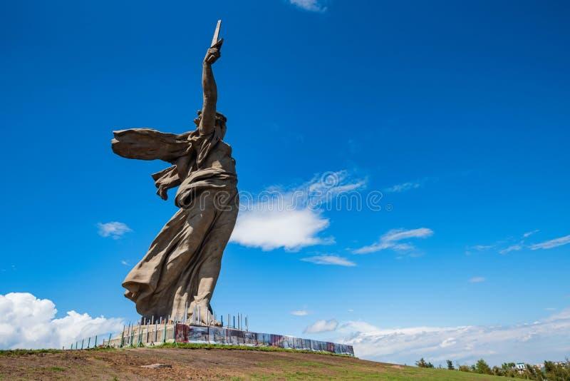 Vista lateral del monumento de las llamadas de la patria en Mamayev Kurgan en Stalingrad, Rusia imagen de archivo