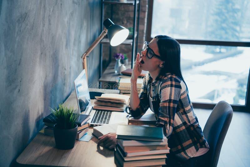 Vista lateral del perfil de ella ella señora morena atractiva agradable que lleva la camisa comprobada agotada de trabajo difícil fotografía de archivo