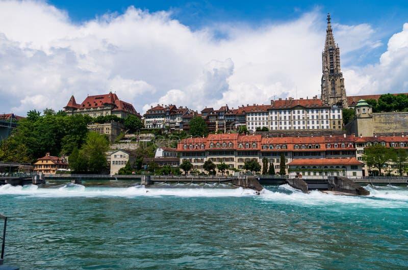 Vista lateral del río de Bern City Switzerland Aarau Aare del día soleado de la catedral foto de archivo