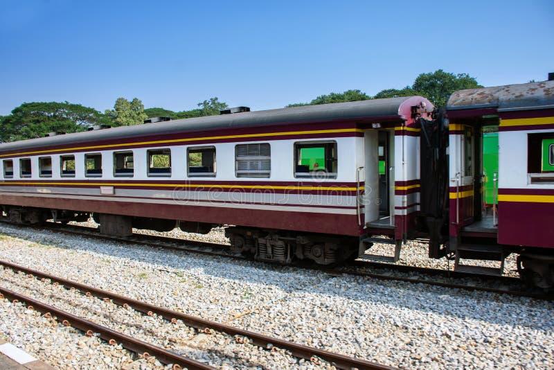 Vista lateral del tren de pasajeros viejo que se mueve a través del ferrocarril imagen de archivo