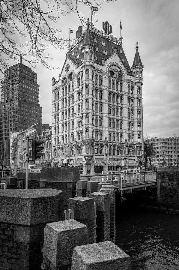 Vista lateral del Witte Huis, Rotterdam, Países Bajos en negro y fotografía de archivo libre de regalías