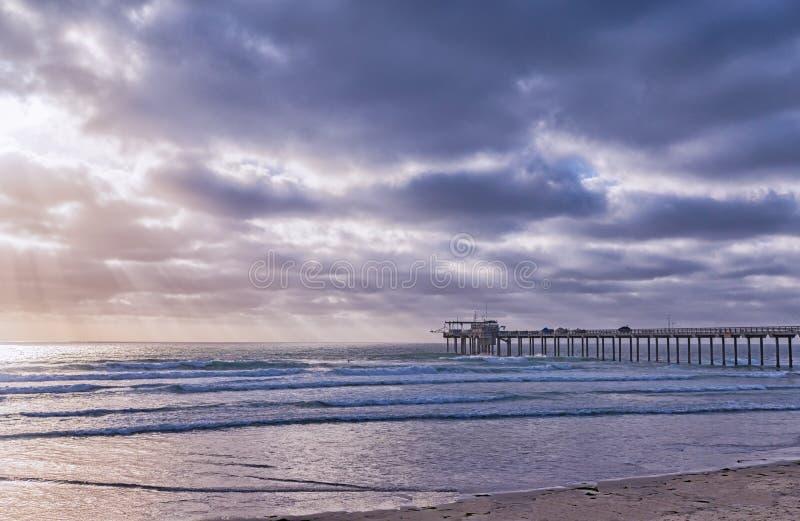 Vista lateral do cais de Scripps com oceano imagem de stock royalty free