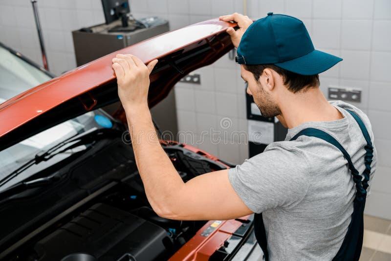 vista lateral do capuz de exame do carro do auto mecânico fotos de stock royalty free