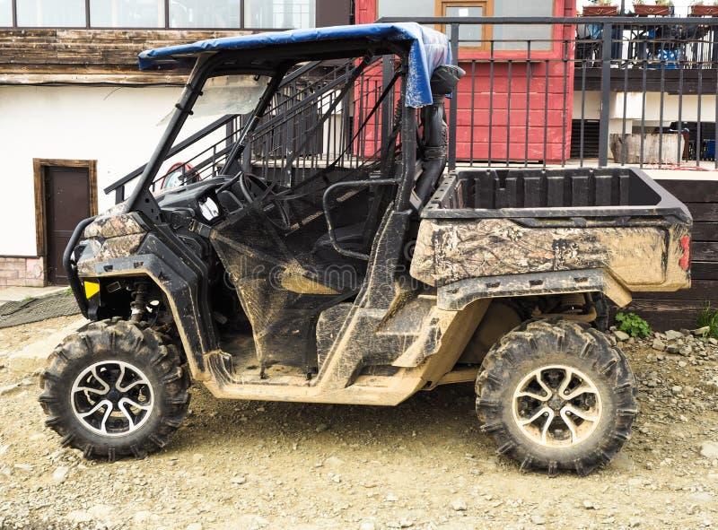 Vista lateral do carrinho sujo ou do veículo de ATV fotos de stock royalty free