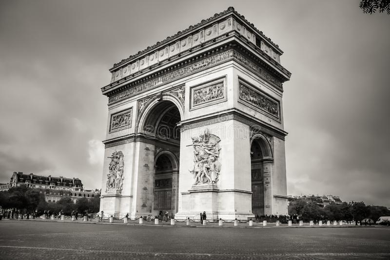 A vista lateral do close up de Arc de Triomphe imagens de stock royalty free