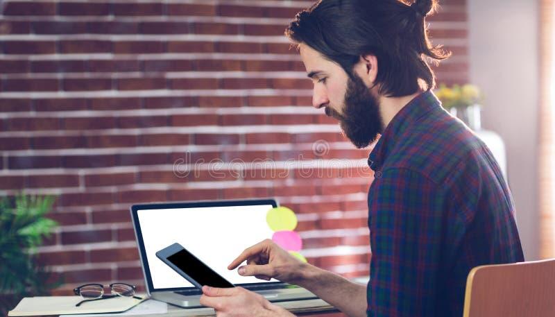 Vista lateral do editor criativo que usa a tabuleta digital imagens de stock
