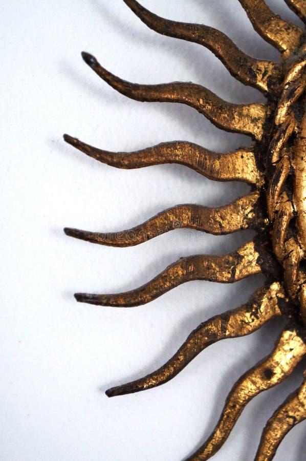 Vista lateral do espelho da antiguidade do ouro de Sun fotos de stock royalty free