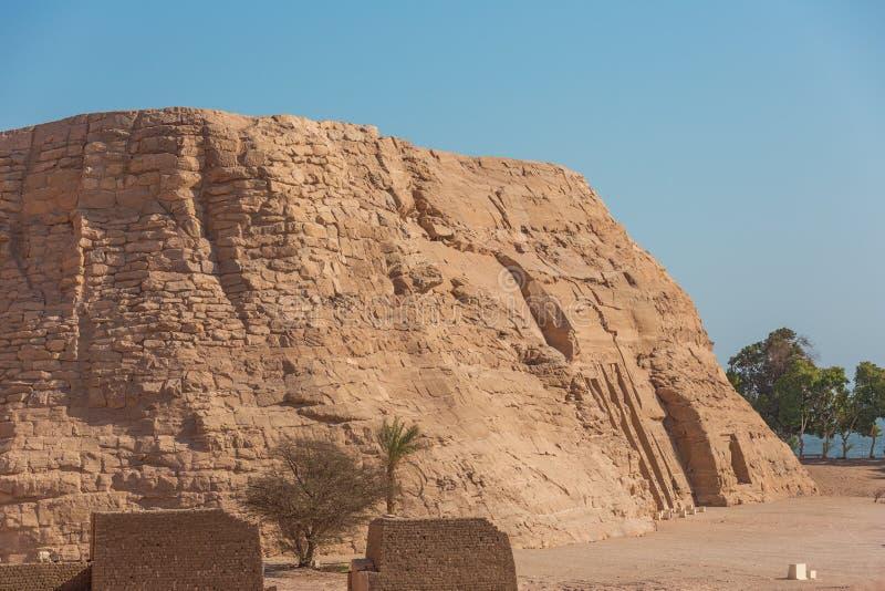 Vista lateral do templo pequeno de Nefertari imagens de stock royalty free