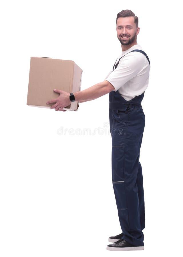 Vista lateral hombre feliz con una caja de cartón fotos de archivo
