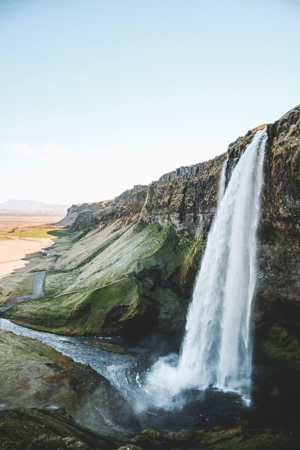 Vista lateral majestuosa de la cascada islandesa imagenes de archivo