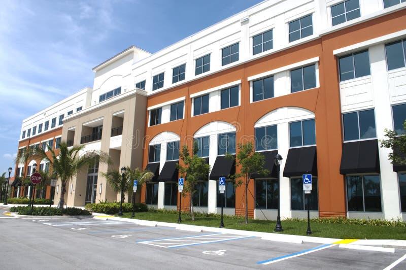 Vista lateral moderna del edificio de oficinas fotos de archivo