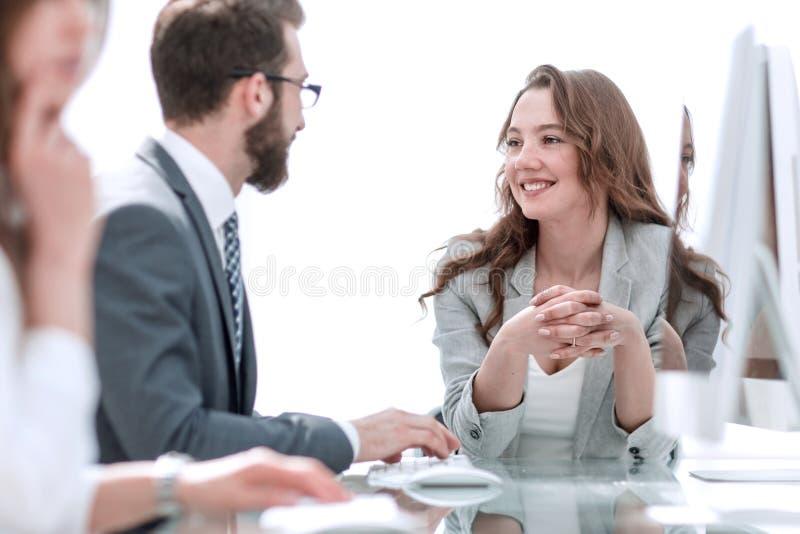 Vista lateral Mujer de negocios que se sienta en su escritorio fotografía de archivo libre de regalías