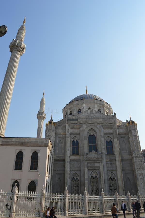 Vista lateral a Pertevniyal Valide Sultan Mosque, Istambul, Turquia fotos de stock