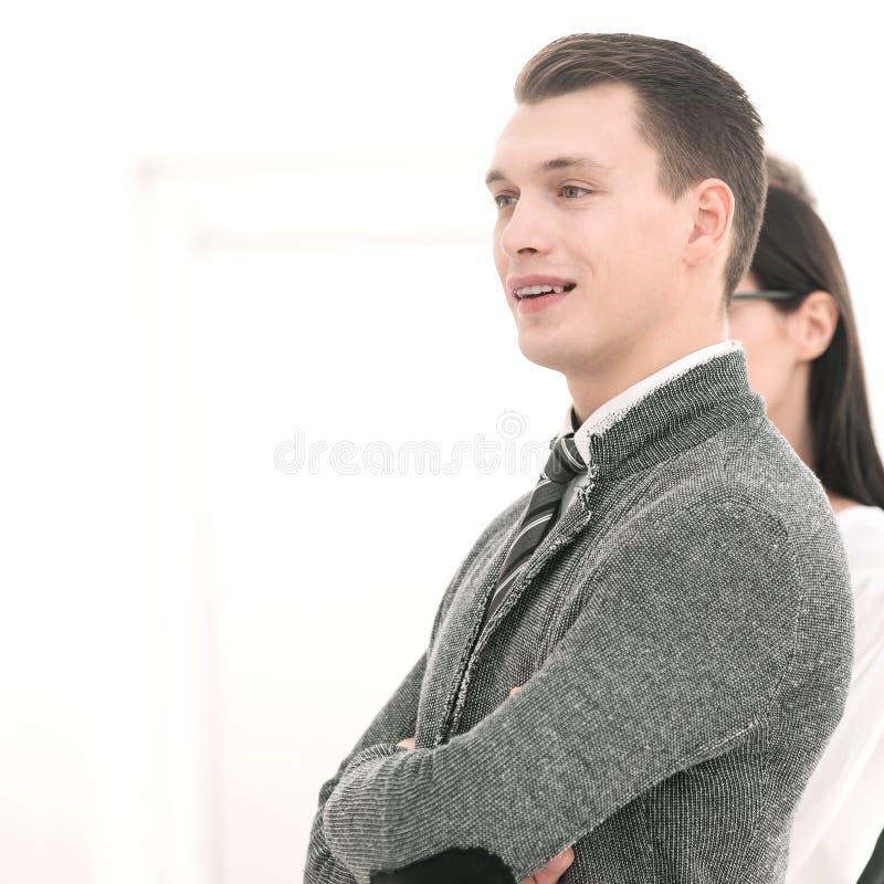 Vista lateral Posição nova do homem de negócios na frente de sua equipe do negócio fotografia de stock royalty free