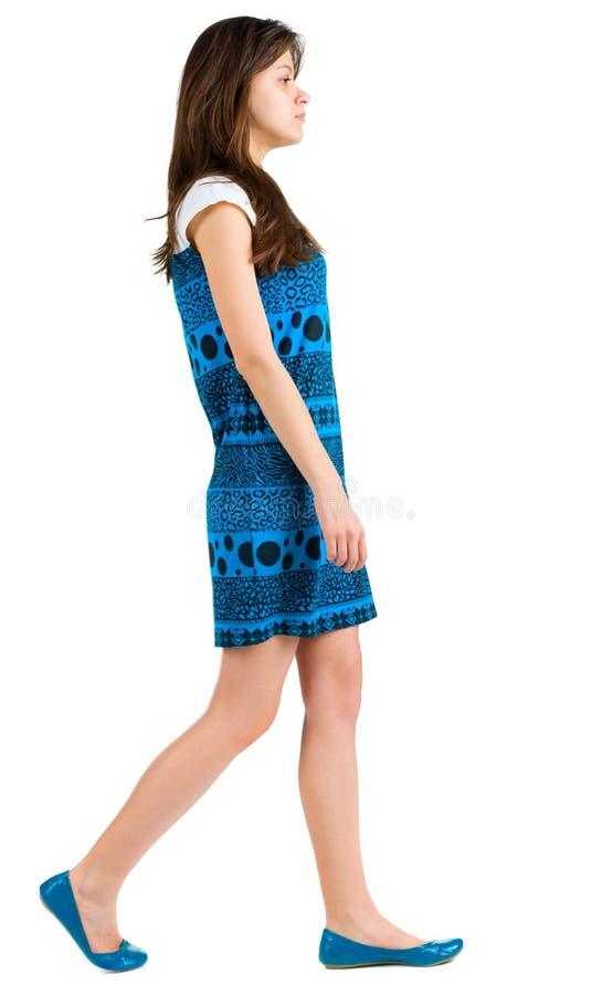 Vista lateral posterior de la muchacha triguena joven que va foto de archivo libre de regalías