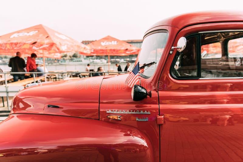Vista lateral próxima do caminhão internacional vermelho das R-séries da ceifeira com pequeno foto de stock royalty free