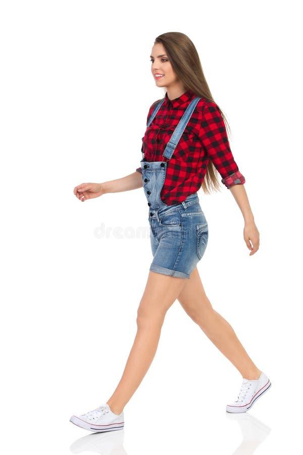 Vista lateral que camina de la mujer casual aislada fotos de archivo