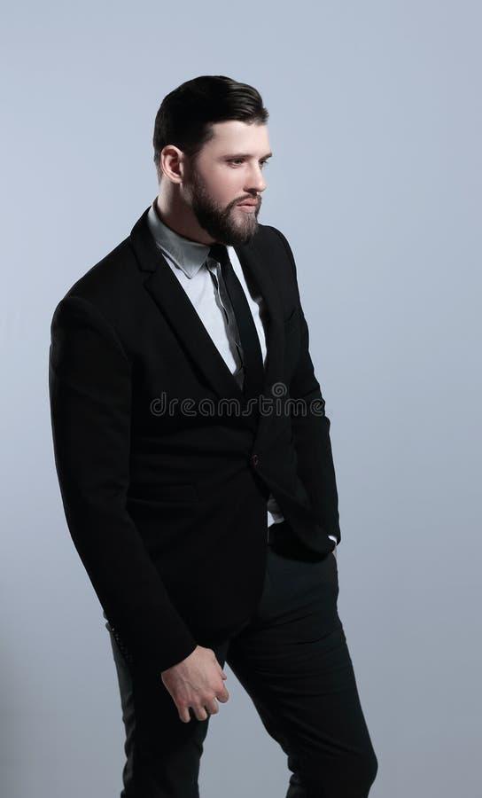 Vista lateral Retrato de un hombre de negocios serio Aislado en fondo gris imágenes de archivo libres de regalías