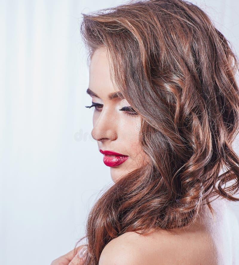 Vista lateral Retrato de una mujer joven hermosa imágenes de archivo libres de regalías