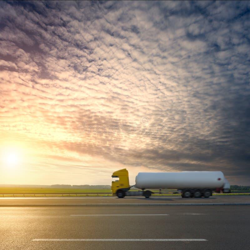 Vista lateral sobre el camión del tanque en la falta de definición de movimiento en la autopista fotografía de archivo libre de regalías