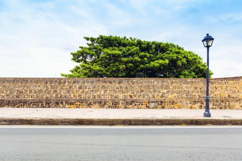 Vista lateral sobre la calle con la acera imagen de archivo