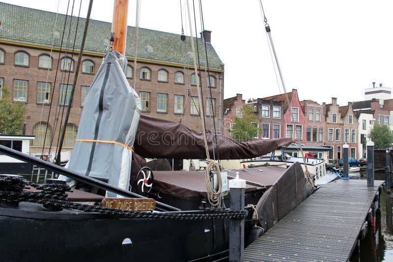 Vista lateral sobre un barco de vela en el puerto y el exterior constructivo en Leiden Holanda Meridional Países Bajos fotografía de archivo libre de regalías