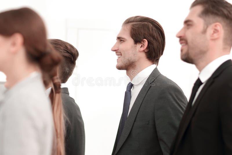 Vista lateral un grupo de hombres de negocios acertados que se unen foto de archivo