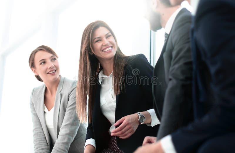 Vista lateral un grupo de hombres de negocios que discuten nuevas oportunidades imagen de archivo