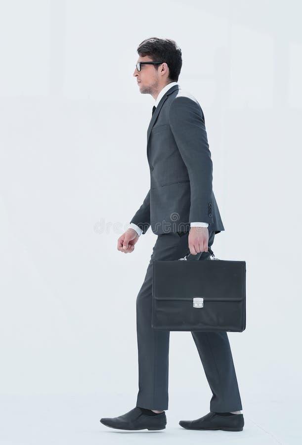 Vista lateral un hombre de negocios con una cartera de cuero se presenta imagen de archivo libre de regalías