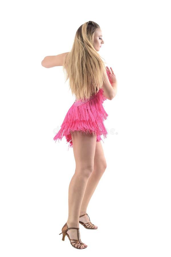 Vista laterale del ballerino biondo appassionato professionista serio del latino della donna fotografia stock libera da diritti