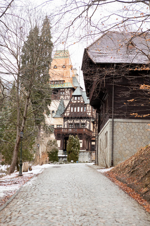 Vista laterale del castello di Pelisor da Sinaia, Romania immagine stock libera da diritti