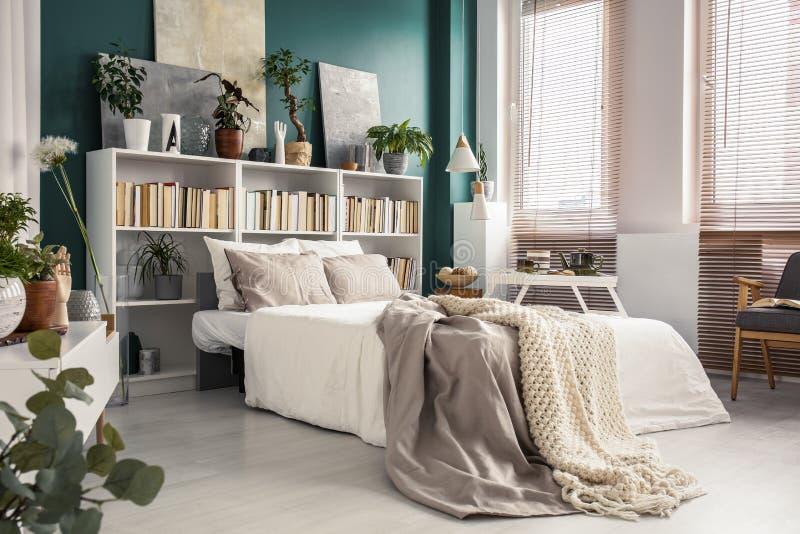 Vista laterale del letto bianco fotografie stock