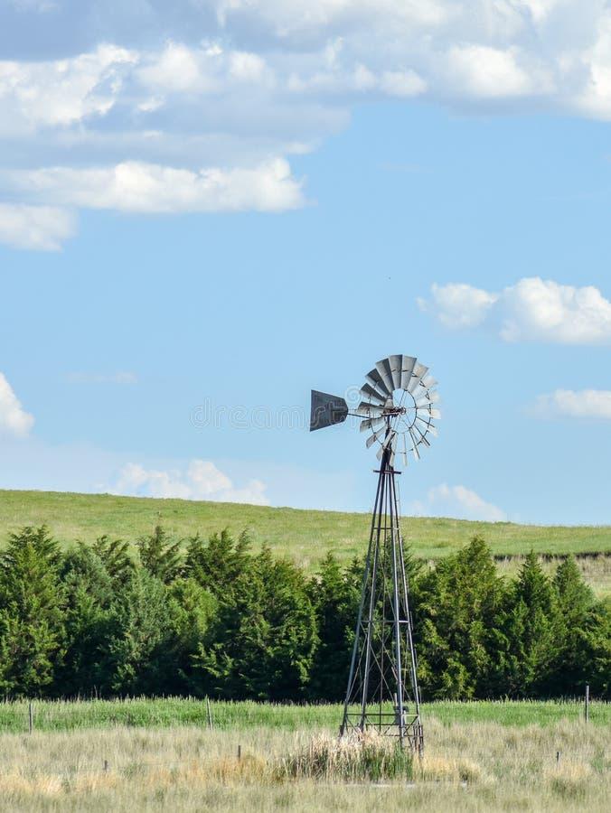 Vista laterale del mulino a vento nel Nebraska fotografia stock