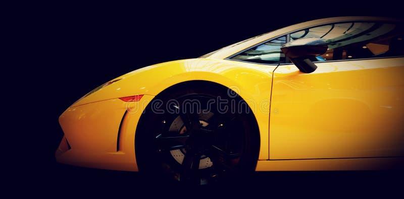 Vista laterale del primo piano moderno dell'automobile veloce sul nero lusso fotografia stock libera da diritti