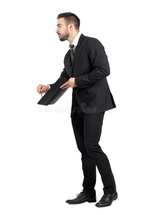 Vista laterale del rappresentante che mostra lo spazio della firma con il contratto d'offerta della matita immagini stock
