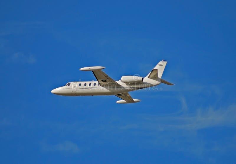 Vista laterale dell'aeroplano colorato bianco chiaro del jet fotografie stock libere da diritti