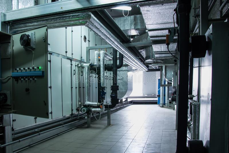 Vista laterale dell'aria industriale grigia enorme che tratta unità nella stanza dell'impianto di ventilazione fotografia stock libera da diritti