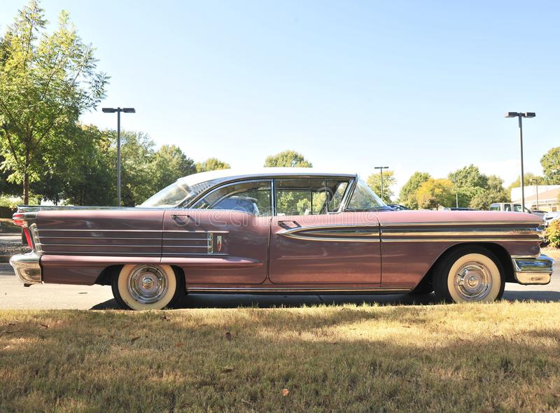 Vista laterale dell'automobile eccellente di Oldsmobile Buick fotografie stock