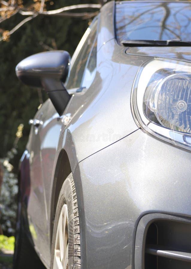 Vista laterale dell'automobile grigia fotografie stock