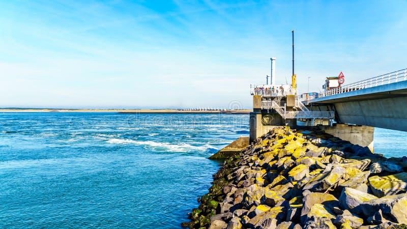 Vista laterale dell'oceano della struttura in cemento armato della barriera della mareggiata immagine stock
