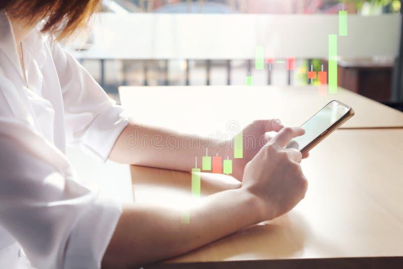 vista laterale della donna che gioca uno Smart Phone nello stile della siluetta fotografia stock libera da diritti