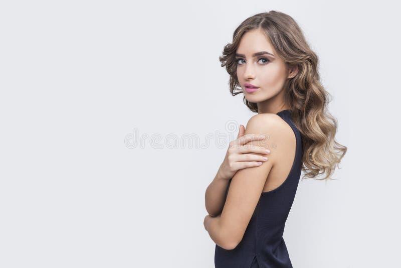 Vista laterale della donna graziosa con capelli marroni lunghi fotografie stock
