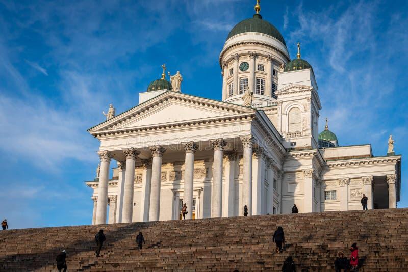 Vista laterale della famosa chiesa cattedrale con persone casuali in primo piano a Helsinki in Finlandia fotografia stock libera da diritti