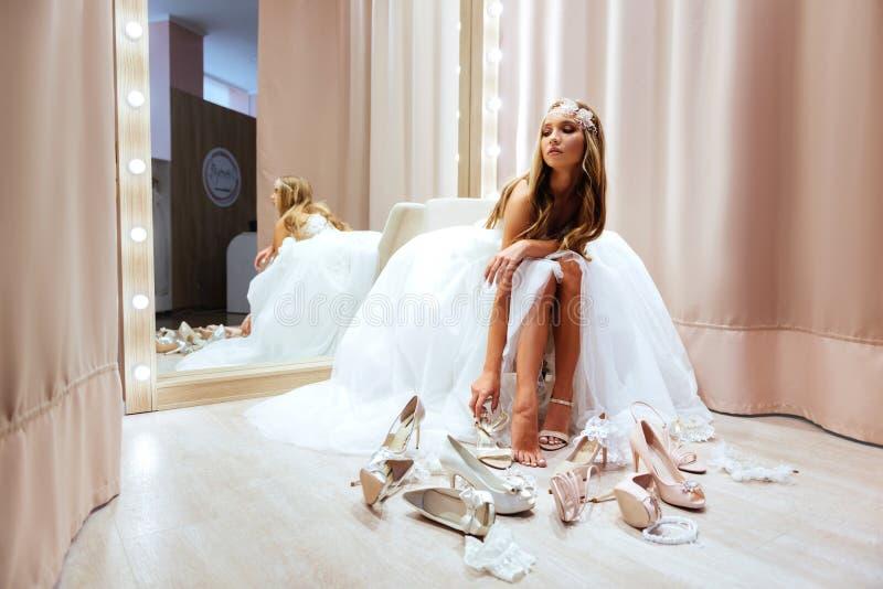Vista laterale della giovane donna in vestito da sposa fotografia stock