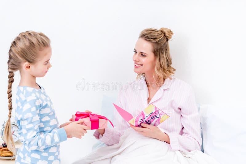 vista laterale della madre di saluto della figlia il giorno di madri felice fotografia stock libera da diritti