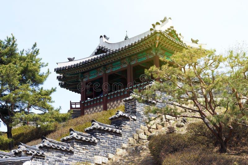 Vista laterale della pagoda coreana antica Città di Suwon, Corea del Sud immagini stock