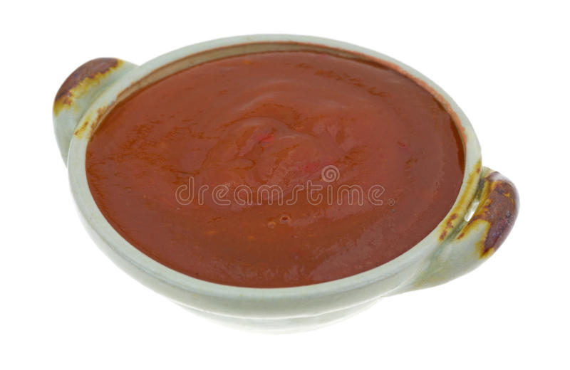 Vista laterale della salsa di taco in una piccola ciotola fotografia stock