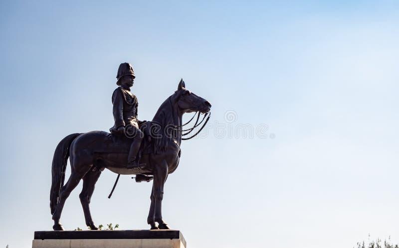 Vista laterale della statua di re Rama V le grande della Tailandia fotografia stock